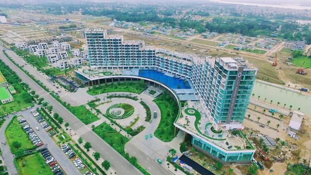 FLC Grand Hotel Sầm Sơn một mặt tiếp giáp đường Hồ Xuân Hương, một mặt soi bóng bên hồ nước rộng 40.000m2 . (ảnh: DanKo Group)
