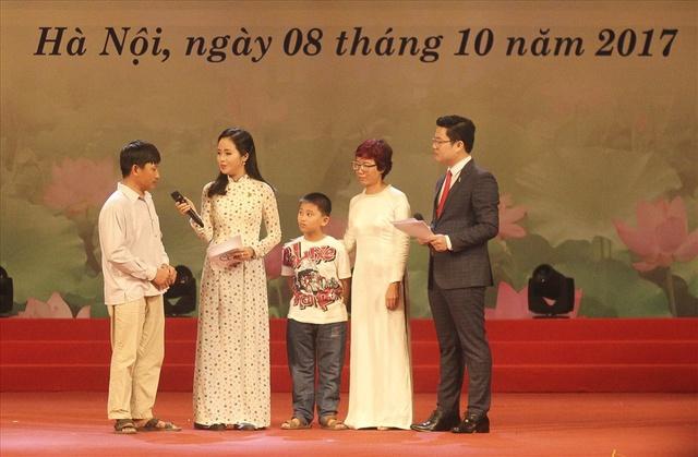 Chị Trần Mai Anh (thứ 2 từ phải sang): Không có ranh giới nào ngăn cản chúng ta làm người tử tế