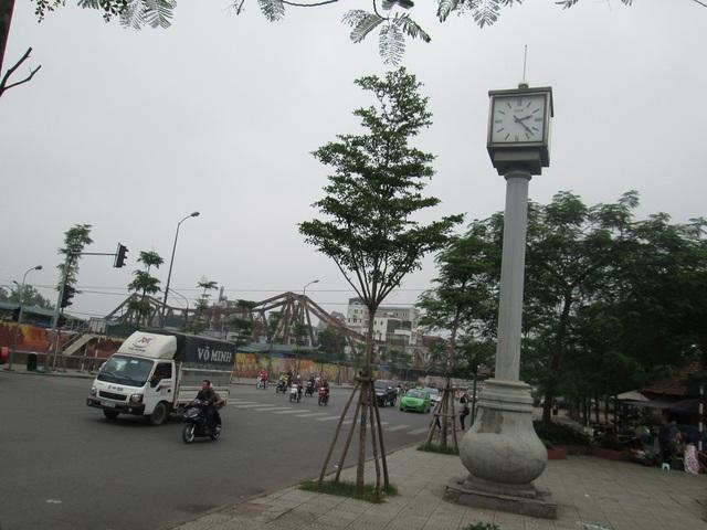 Nằm bên cầu Long Biên, chợ và trạm trung chuyển xe buýt Long Biên, cột đồng hồ được lắp trên đường Yên Phụ khá nổi bật.