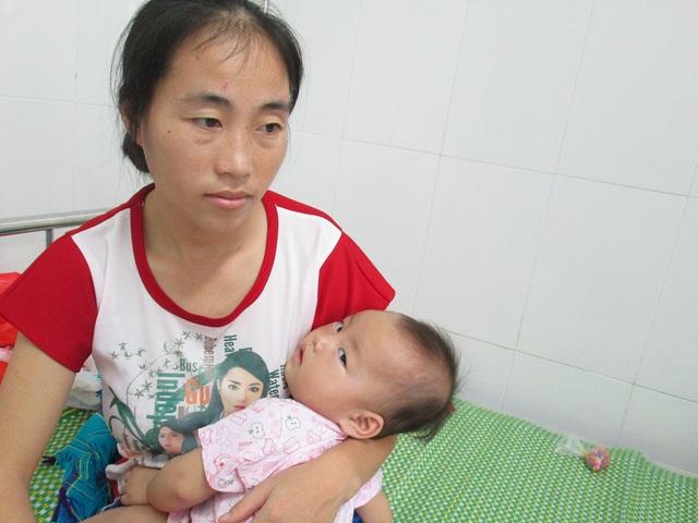 Người mẹ trẻ vừa nghèo, vừa không hề biết tiếng Kinh, nhiều người thương tình vẫn hay cho đồ ăn, quần áo...