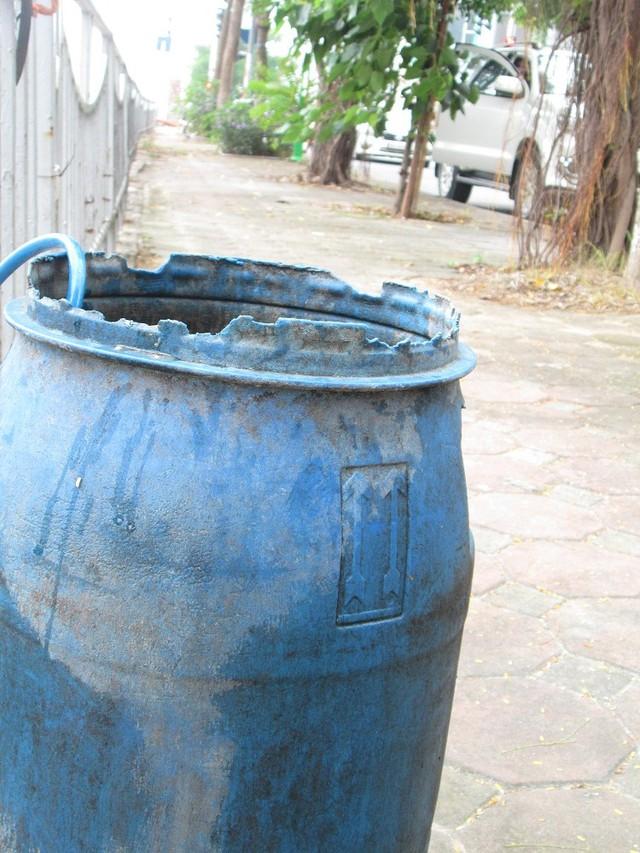 Những thùng, lu nước hở nắp để ngoài trời như thế này sẽ có thể trở thành nơi phát sinh nguồn muỗi gây bệnh.