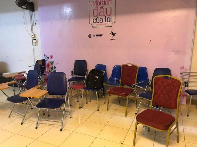 Những chiếc ghế được chị Nhung chia sẻ là phải gom từ bãi phế thải để cho học sinh ngồi học