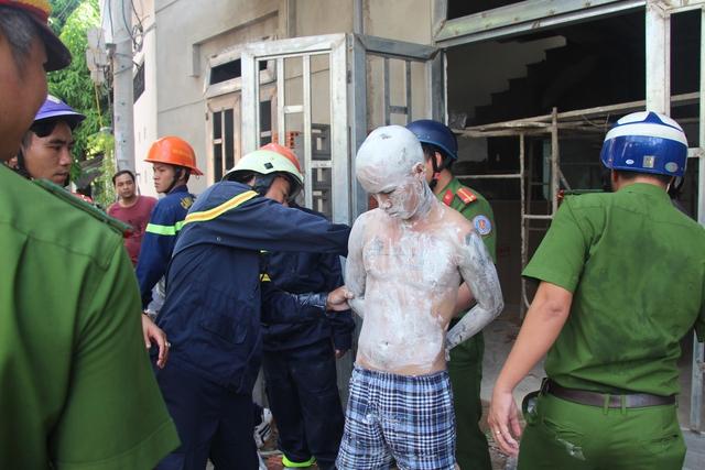 Lực lượng chức năng đưa nam thanh niên có biểu hiện ngáo đá ra khỏi ngôi nhà. Ảnh: Mai Vinh