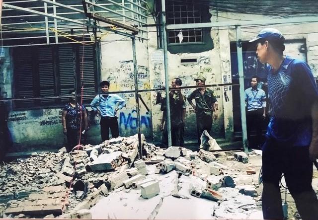 Hình ảnh gia đình bà Lụa cung cấp cho báo chí và cho rằng cán bộ phường Khương Thượng đang tháo dỡ nhà bà trái pháp luật