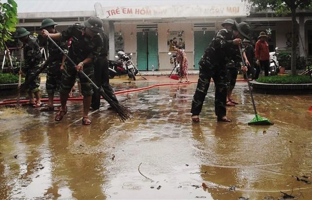 Vệ sinh môi trường sau bão số 12 tại Quảng Nam. Ảnh: Lam Phương