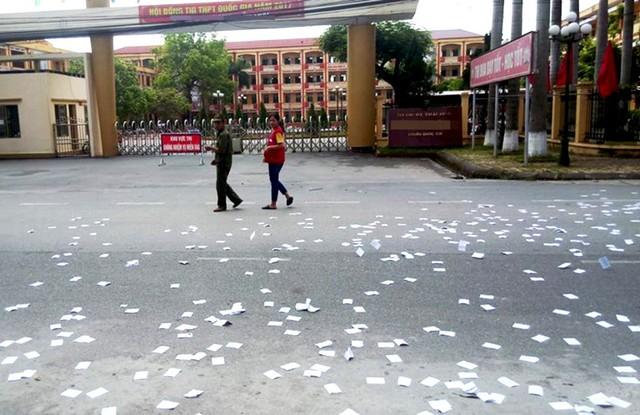 """Sự thật bất ngờ về hình ảnh """"phao thi"""" rải trắng trước cổng trường ở Thái Bình"""