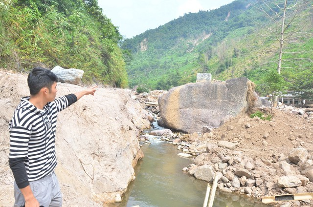Tảng đá với bể nước giữa suối Dượn đã cứu sống 16 người trong lũ quét.