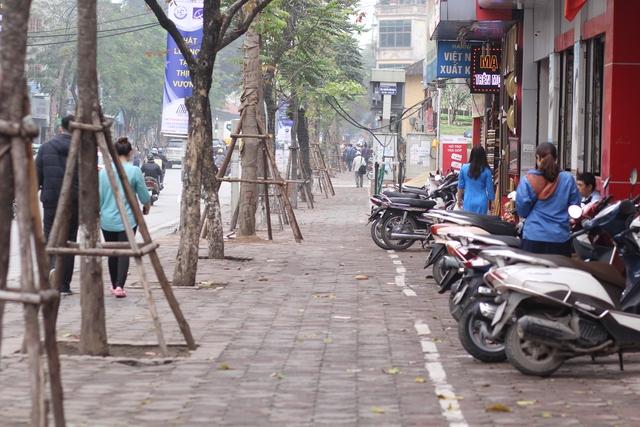 Sau một tháng Hà Nội tổng ra quân đòi lại vỉa hè cho người đi bộ. Theo ghi nhận của PV Báo Gia đình & Xã hội trong ngày 29/3, các tuyến phố tại Hà Nôi, đặc biệt là các phố tại một số quận trung tâm đã thông thoáng. Tuy nhiên, cũng theo ghi nhận của chúng tôi, tại nhiều tuyến phố, người đi bộ vẫn bị đẩy xuống lòng đường vì người dân cướp vỉa hè để làm nơi để xe. Trong ảnh là cảnh thông thoáng tại đường Nguyễn Thái Học (quận Ba Đình).