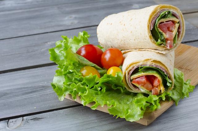 Thay vì cách làm truyền thống, mẹ có thể sáng tạo món sandwich cuộn ngon miệng để tạo bất ngờ lý thú cho cả nhà