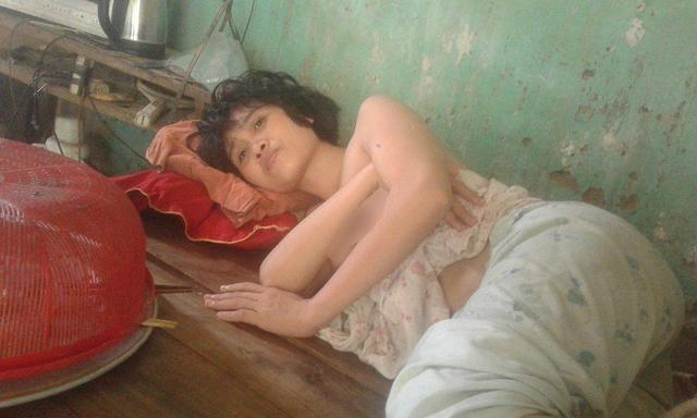 Chị Đượm - con gái út của bà Xúi, cả ngày chỉ nằm trên giường và cười khúc khích.