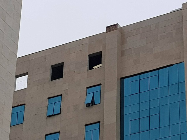 Tại nhiều vị trí của tòa nhà đều xuất hiện hiện tượng bong tróc gạch ốp tường