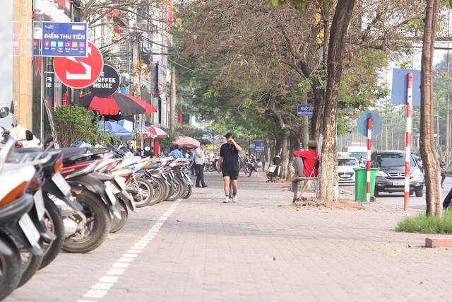 Vỉa hè đường Nguyễn Khánh Toàn (quận Cầu Giấy) khá thông thoáng.