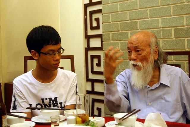 PGS Văn Như Cương ân cần trò chuyện với con trai nhà thơ Hữu Việt
