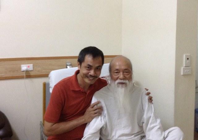 Nhà thơ Trần Hữu Việt thăm PGS Văn Như Cương khi ông nằm trên giường bệnh