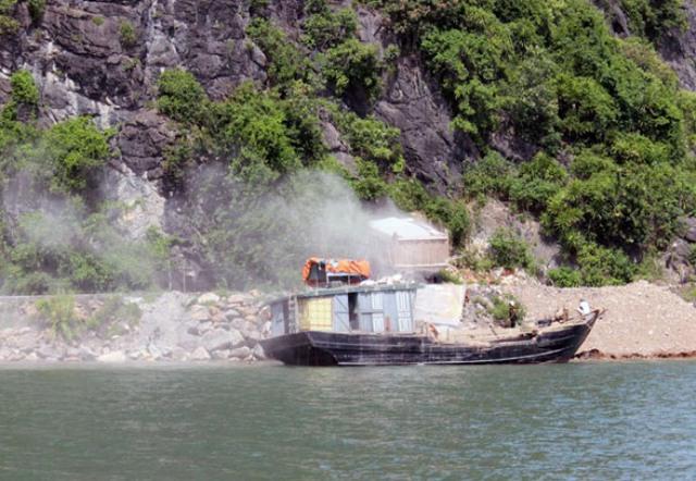 Khu vực khai thác đá nằm cách vịnh Hạ Long không xa. Ảnh: K.Minh