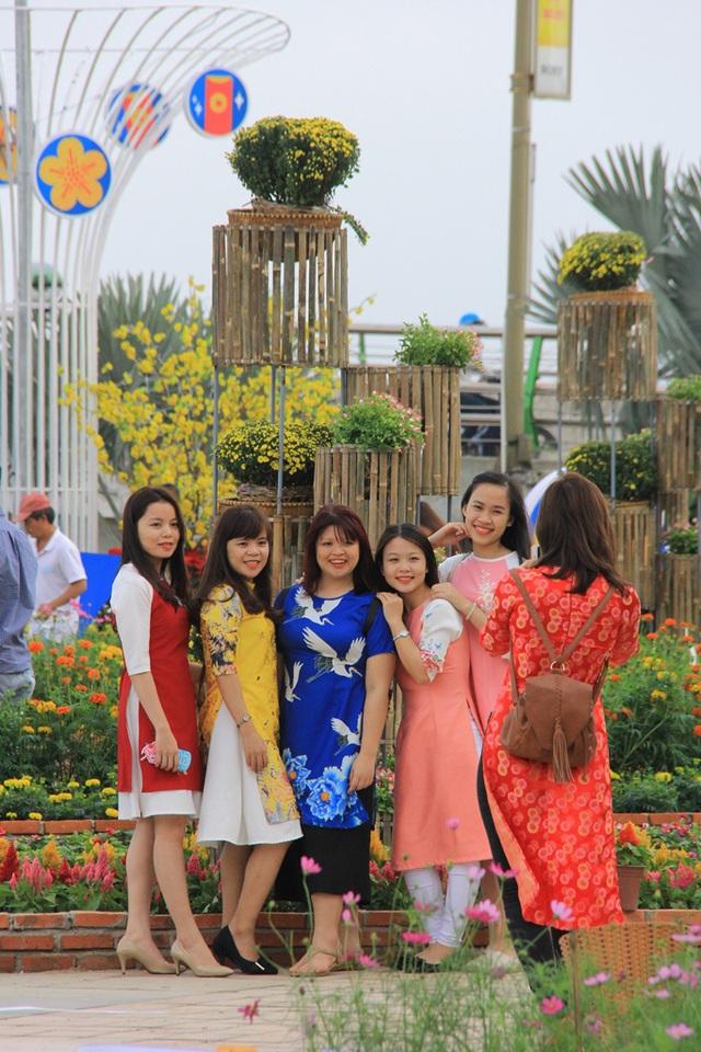 Các thiếu nữ vui tươi bên đường hoa...