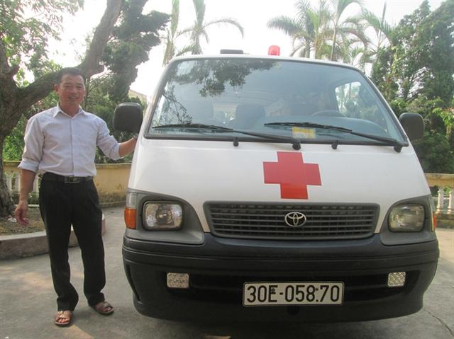 Chiếc xe đầy đủ các trang thiết bị y tế theo quy định về xe cứu thương. Ảnh: TG