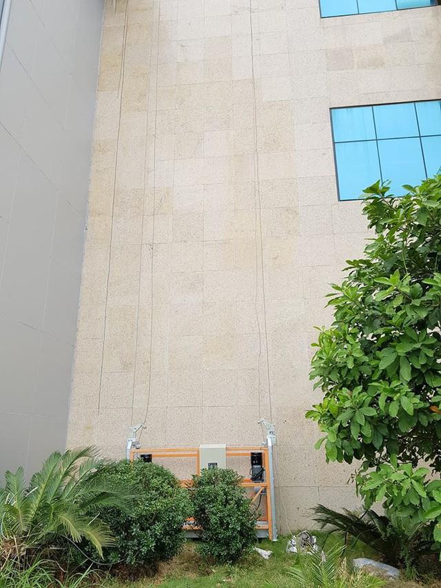 Công nhân của Công ty cổ phần Xây dựng và Thương mại Lam Sơn đang kiểm tra và khắc phục lại các chỗ gạch bị bong tróc, hư hỏng