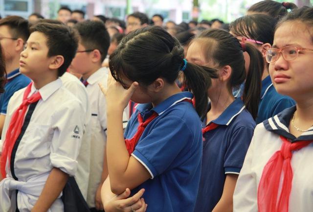 Những giọt nước mắt xúc động của các thế hệ học sinh và thầy, cô giáo trường Lương Thế Vinh.