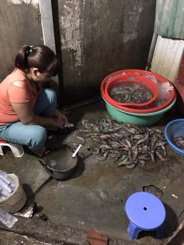 Chủ kinh doanh ở Hà Nội bị bắt quả tang khi bơm tạp chất agar vào tôm. Ảnh: Dân Việt
