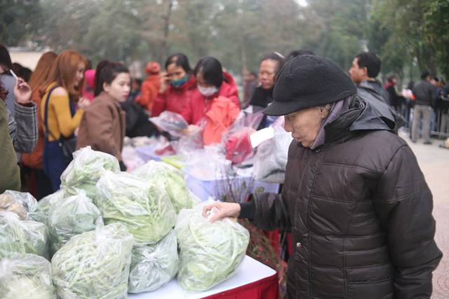 Chỉ trong vòng buổi sáng, đã có hàng ngàn lượt người lao động nghèo tới mau sắm tại phiên chợ đặc biệt này.