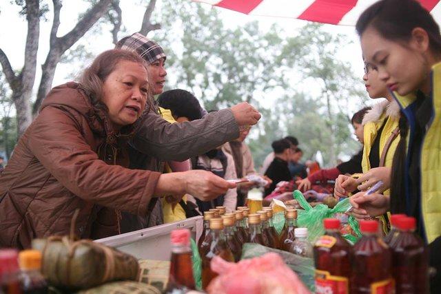 Hàng hoá tại chợ đều do các tổ chức, cá nhân có lòng hảo tâm ủng hộ. Rất đông người lao động nghèo, người có hoàn cảnh khó khăn có mặt từ sớm để tham gia phiên chợ đầy ý nghĩa này. Với mong muốn được sẻ chia hơi ấm, mang đến một cái Tết ấm cúng và no đủ dành cho những người lao động nghèo, để cái Tết năm nay có thể nhẹ nhàng và hạnh phúc hơn tết cũ.