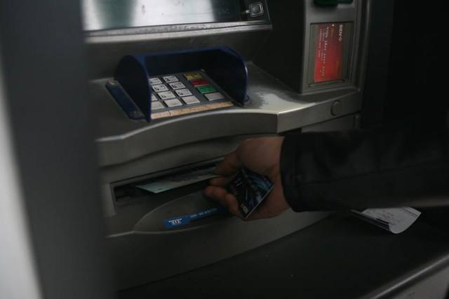 Một số công nhân cũng cho rằng, việc các ngân hàng đặt quá ít cây ATM tại đây khiến tình trạng người dân phải xếp hàng dài xảy ra dịp sát Tết nhiều năm qua.