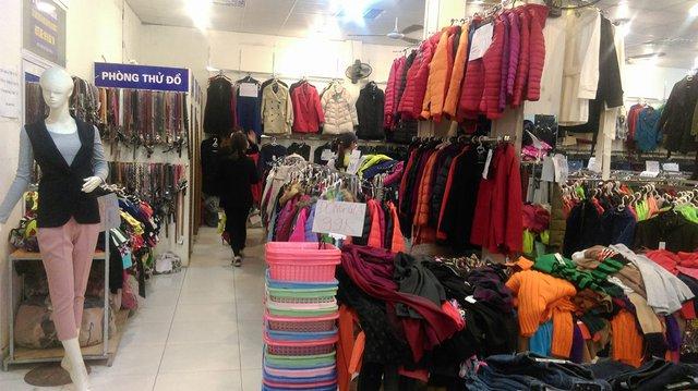 Nhiều chị em sắm sửa quần áo dịp Tết. Ảnh: Ngọc Thi