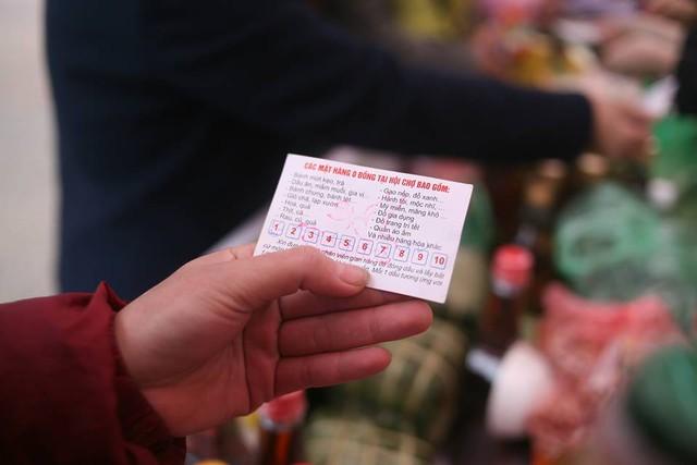 Ban Tổ chức phát 2.000-3.000 thẻ mua hàng (phiếu đổi quà) tới các cá nhân, gia đình có hoàn cảnh khó khăn, mỗi thẻ có 10 ô trống.