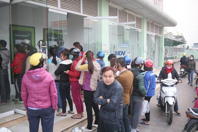 Những ngày cuối năm, do nhu cầu rút tiền mặt của người dân tăng cao nên tại những cây ATM ở Hà Nội luôn xảy ra tình trang người dân xếp hàng dài chờ đợi rút tiền.