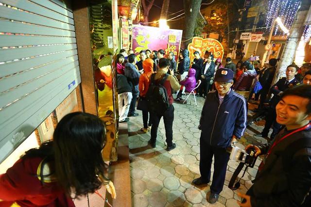 Theo một số người dân sống quanh phố vàng Trần Nhân Tông (Hà Nội), ngày lễ Thần Tài năm nay 2017, lượng khách đến xếp hàng tại các cửa hàng vàng ít hơn so với năm ngoái.