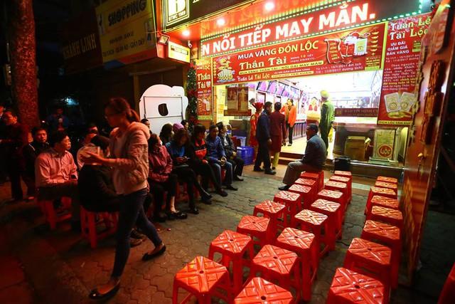 """Theo ghi nhận của PV tại Hà Nội, từ hơn 5 giờ sáng nay (6/2, tức mùng 10 tháng Giêng), nhiều cửa hàng trên """"phố vàng"""" Trần Nhân Tông (Hai Bà Trưng) chưa mở cửa nhưng rất đông người dân đã đến xếp hàng để mua vàng trong ngày vía Thần Tài."""
