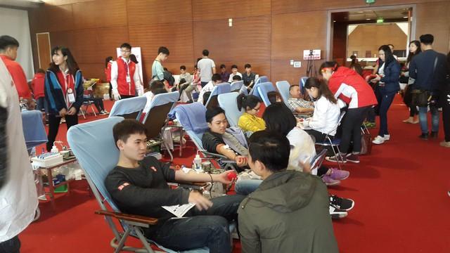 Đông đảo người dân tham dự hiến máu tình nguyện sáng nay 18/2 tại Lễ hội Xuân hồng. Ảnh TG