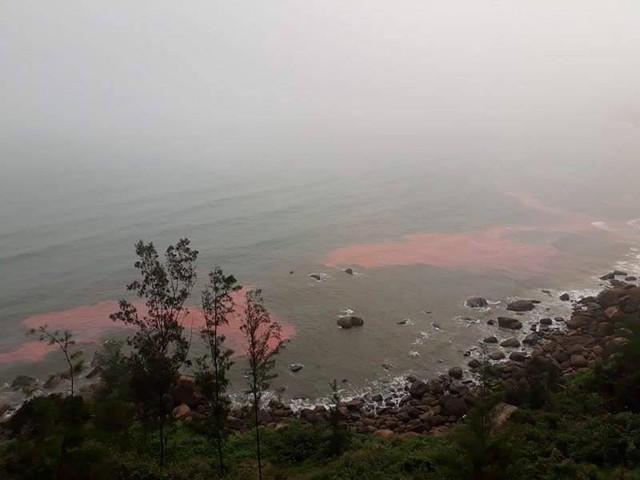 Dãi nước màu đỏ xuất hiện ở biển Lăng Cô vào sáng 22/2. Ảnh: N.D