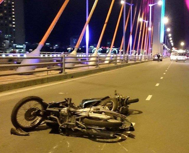 ...sau đó khoảng 15 phút, lại xảy ra tiếp vụ tai nạn giữa hai xe máy. Cả hai vụ tai nạn khiến 4 người bị thương, nhập viện cấp cứu. Ảnh: H.N
