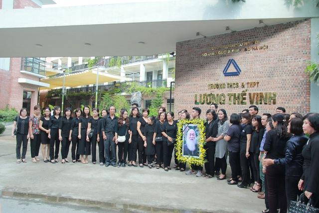 Thầy cô và học sinh trường ở cơ sở Tân Triều cầm di ảnh của ông và đứng hai bên đường chờ ông về tạm biệt trường.
