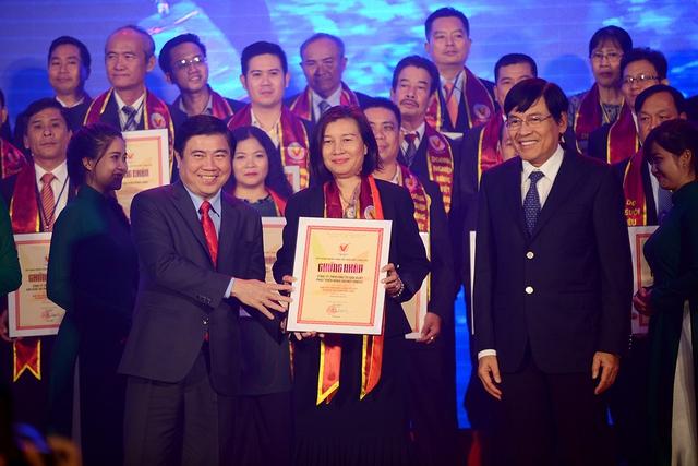 Bà Vũ Tuyết Hằng – Tổng Giám đốc Công ty VinEco nhận Chứng nhận Danh hiệu Hàng Việt Nam chất lượng cao tối ngày 2/3.