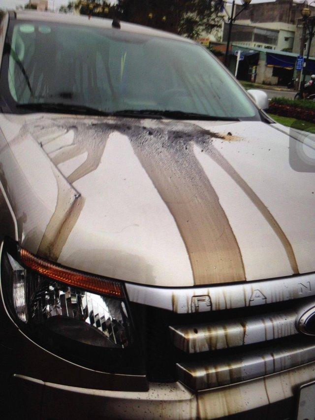 Xe bán tải nhãn hiệu Ford Ranger của anh C. bị kẻ xấu đổ dầu luyn và keo lên xe. Ảnh anh C. cung cấp