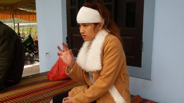 Em Huỳnh Thị Thanh Lan kể lại giây phút ba chị em bị kẻ xấu tấn công. Ảnh: Lê Chung