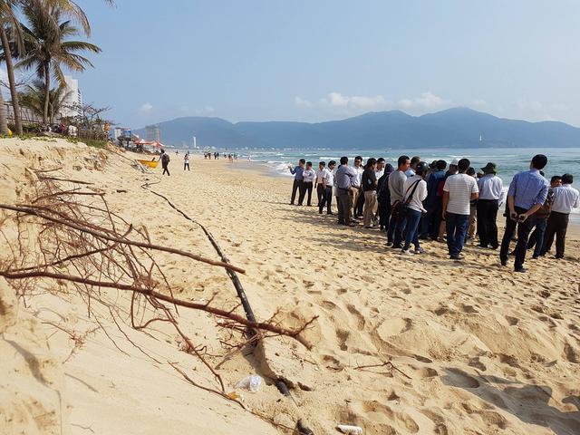 Thời gian qua, hiện tượng sạt lở bất thường xảy ra dọc bờ biển Mỹ Khê khiến người dân và du khách lo lắng. Ảnh: Đức Hoàng