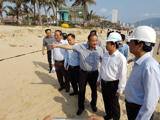 Bí thư Thành ủy Đà Nẵng Nguyễn Xuân Anh cùng các ngành chức năng đã đi kiểm tra tình trạng nước biển xâm thực gây sạt lở dọc bãi biển Mỹ Khê (Đà Nẵng) và việc xử lý nước thải ra bãi biển du lịch vào sáng 9/3. Ảnh: Đức Hoàng
