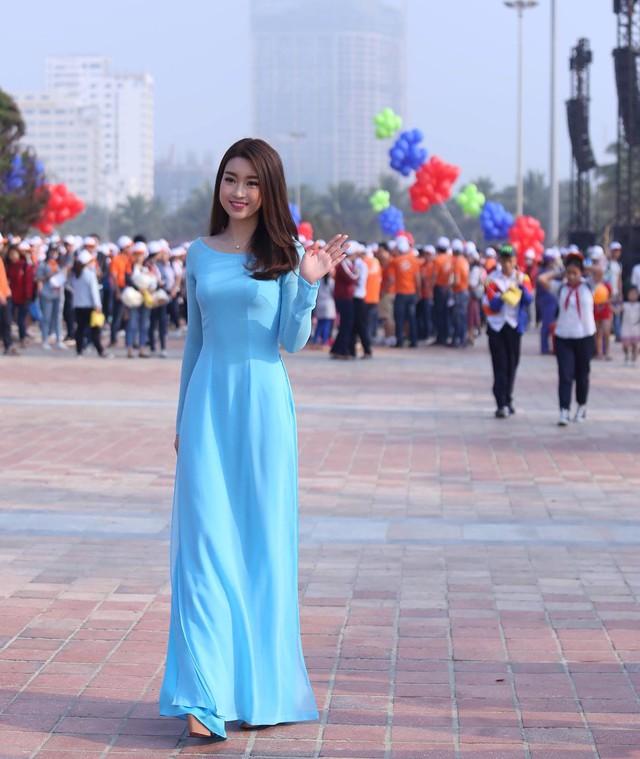 Hoa hậu Đỗ Mỹ Linh dịu dàng bên bờ biển Đà Nẵng.
