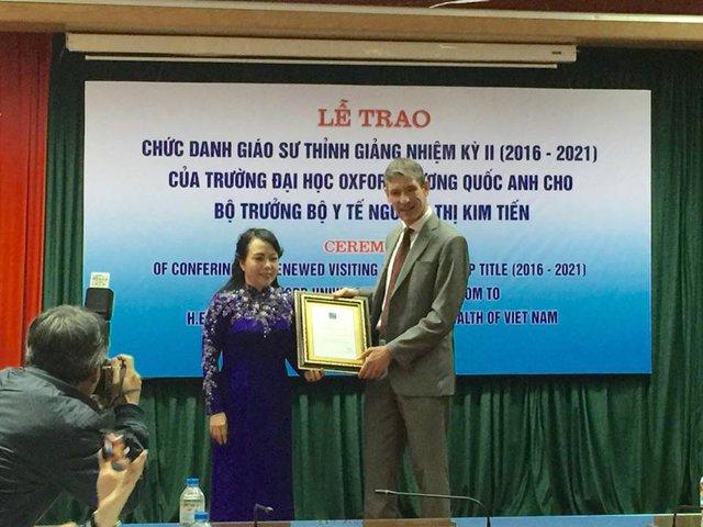 Bộ trưởng Bộ Y tế Nguyễn Thị Kim Tiến nhận chức danh Giáo sư thỉnh giảng nhiệm kỳ 2. Ảnh: Võ Thu