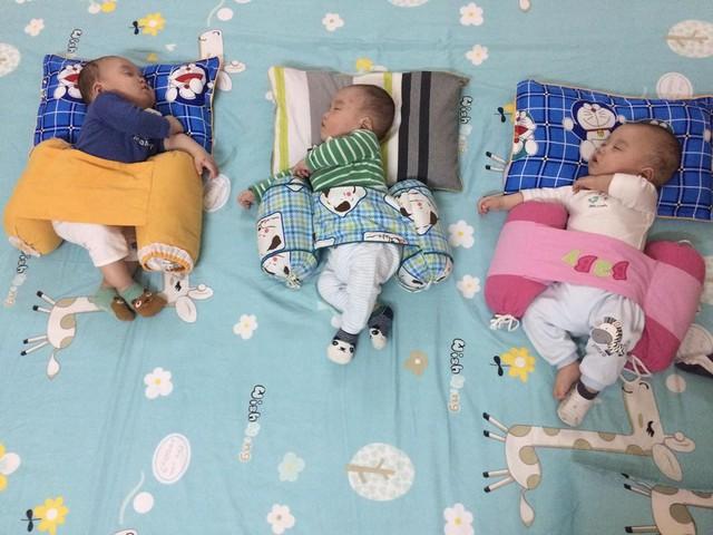 Ba bé giống nhau từ cái dáng ngủ.