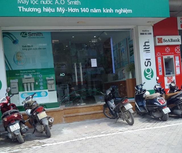 Cửa hàng ở 438 Xã Đàn đã chủ động làm bậc tam cấp lùi vào nhà. Bên cạnh cửa hàng này, một nhà hàng khác cũng vừa hoàn thành việc lùi bậc tam cấp vào phía trong.