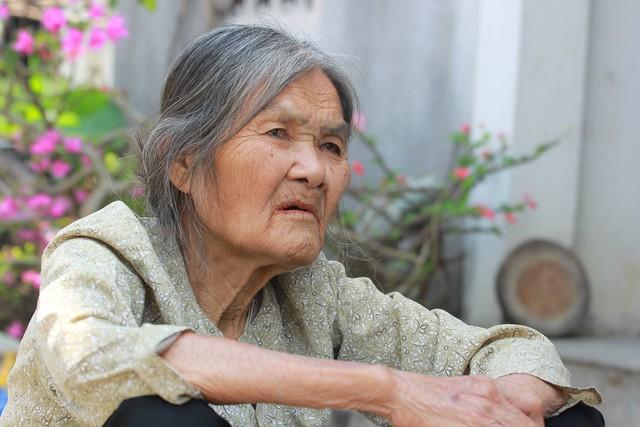 Bà Phan Thị Xinh, cô ruột cũng là người cưu mang mẹ con chị Huyền đã bước sang tuổi 80. Bà đau đáu một điều: Ông bà đều già yếu, mẹ ra đi bất cứ lúc nào, thằng Hiếu sống răng (làm sao)?