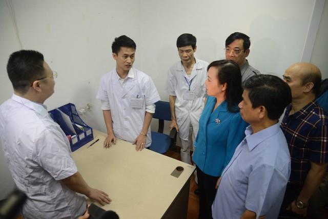 Bộ trưởng Bộ Y tế Nguyễn Thị Kim TIến, Cục trưởng Cục quản lý Khám, chữa bệnh Lương Ngọc Khuê kiểm tra PK Đa khoa Thiện Tâm (Hà Nội).