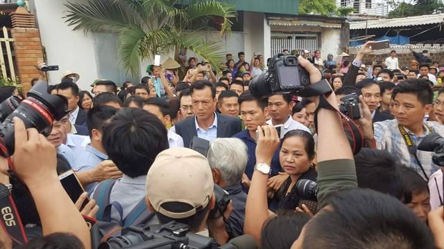 Chủ tịch Nguyễn Đức Chung đi thăm các công trình của làng.