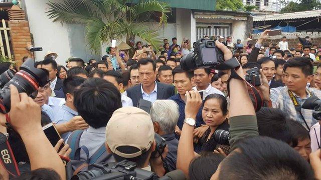 Ông Chung đi đến đến đâu, người dân hò reo, chào mừng đến đấy.