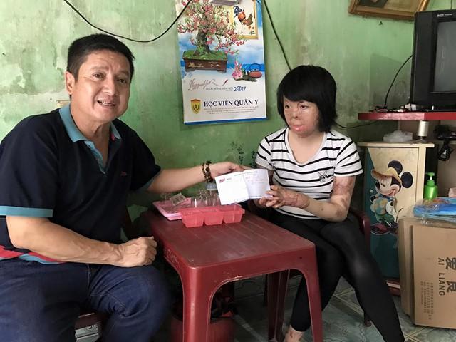 Nghệ sĩ Chí Trung đến thăm hỏi, động viên Thùy Dung (ảnh nhân vật cung cấp)